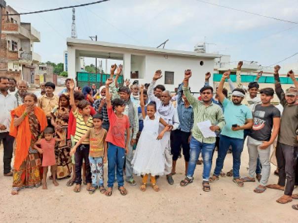मुरैना में निगम कमिश्नर के बंगले पर नारेबाजी करते वार्ड 7 के लोग। - Dainik Bhaskar