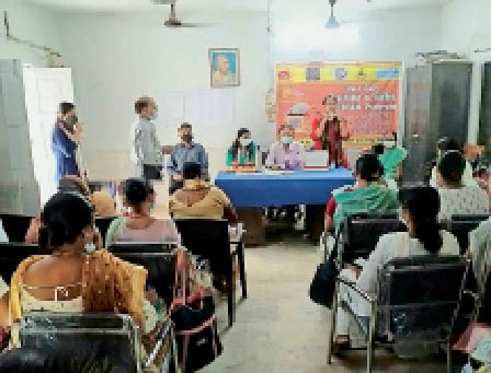 स्वास्थ्य केंद्र में कार्यशाला में मौजूद एएनएम व अन्य - Dainik Bhaskar