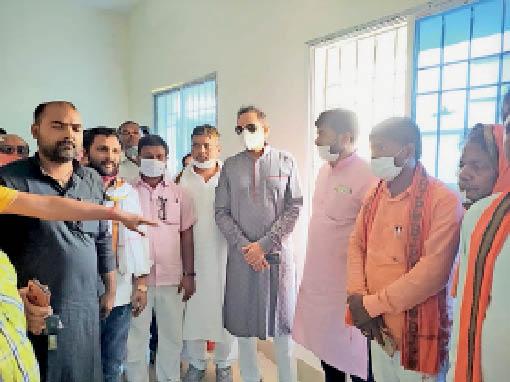 निरीक्षण के दौरान सांसद चौधरी महबूब अली कैसर व अन्य। - Dainik Bhaskar
