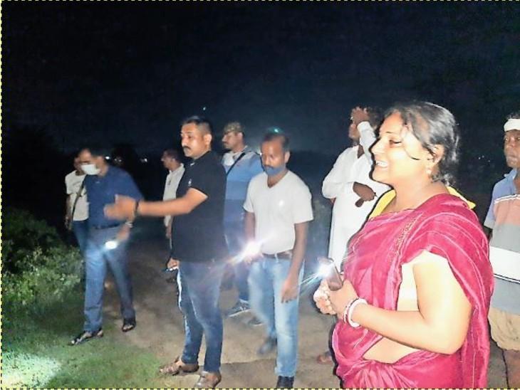 पुलिस को घटनास्थल दिखाती खुशी की मां।