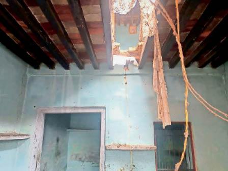 जुलाना. वार्ड-9 में बरसात से मकान की गिरी छत। - Dainik Bhaskar