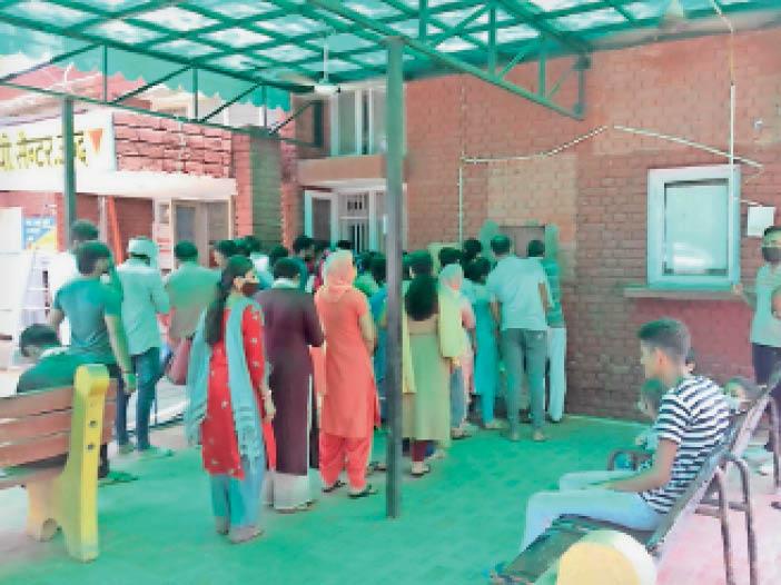 जींद. सिविल अस्पताल में वैक्सीन लगवाने के लिए पहुंचे लोग। - Dainik Bhaskar