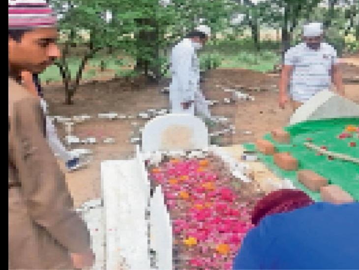कब्रिस्तान पर गुजरे लोगों के लिए दुआ मांगते समाजजन। - Dainik Bhaskar