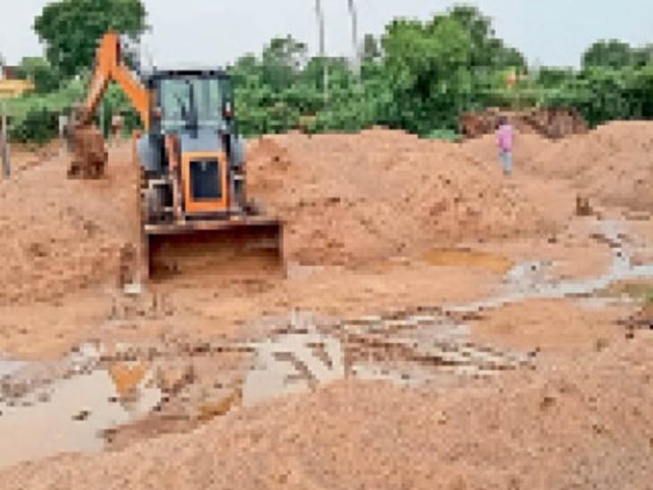 रैपुरा में डंप रेत को प्रशासन व पुलिस की टीम ने नष्ट कराया। - Dainik Bhaskar