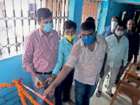 समेली  में माप तौल मशीन का शुभारंभ करते  बीडीओ व प्रमुख। - Dainik Bhaskar