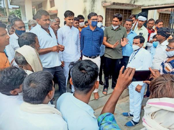 अस्पताल में मृतका के परिजनों और अन्य लोगों से समझाइश करते उपखंड अधिकारी देवेंद्र परमार - Dainik Bhaskar