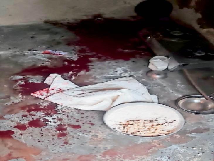 जिस पति के लिए खाना बनाने घर आई, उसी ने बेरहमी से कर दिया कत्ल। रसोई में आटा लगी परात के पास महिला की हत्या के बाद बिखरा पड़ा खून। - Dainik Bhaskar