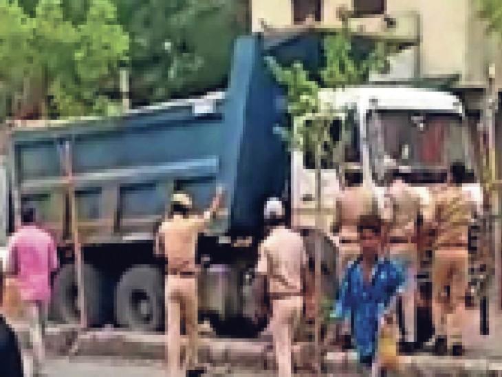 डंपर चालक को घेरते पुलिस वाले। - Dainik Bhaskar