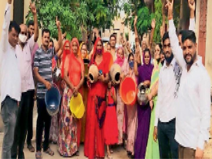 भदवासिया के कृष्णा नगर में पानी की समस्या को लेकर क्षेत्रवासियों ने मटकियां फोड़ प्रदर्शन किया। - Dainik Bhaskar