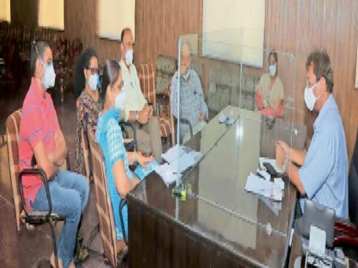 रैगिंग मामले में एक्शन लेने से पहले कमेटी के सदस्याें से चर्चा करते डॉ. सरदाना। - Dainik Bhaskar