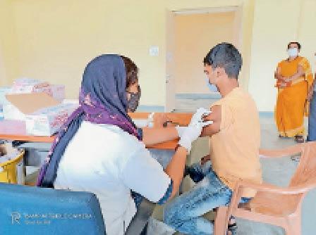 कोरोना संक्रमण से बचाव के लिए टीका लेता युवक। - Dainik Bhaskar
