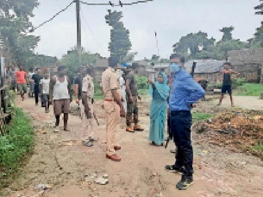 आवागमन बहाल कराने पहुंचे सीओ व मौकेे पर मौजूद पुलिस। - Dainik Bhaskar