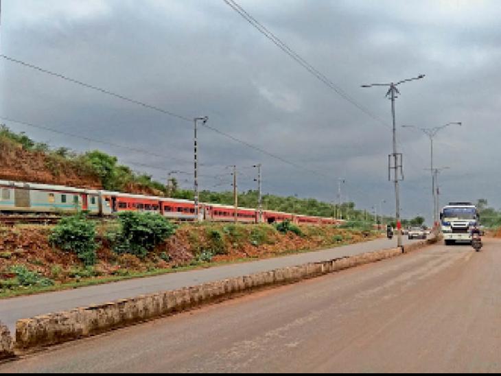 मानसून ट्रफ लाइन पंजाब की तरफ शिफ्ट होने से दिनभर छाए रहे बादल लेकिन जमकर नहीं बरसे। स्थान: झांसी रोड। - Dainik Bhaskar