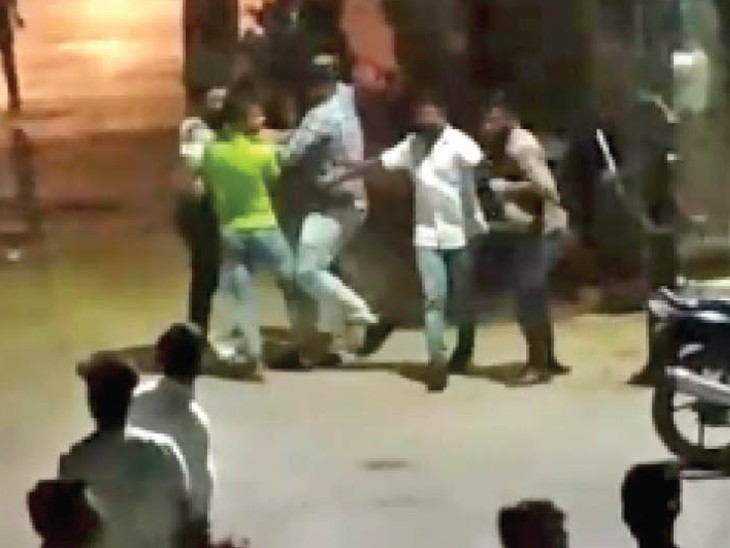 सिटी सेंटर स्थित कैफे के बाहर आपस में मारपीट करते युवक। - Dainik Bhaskar