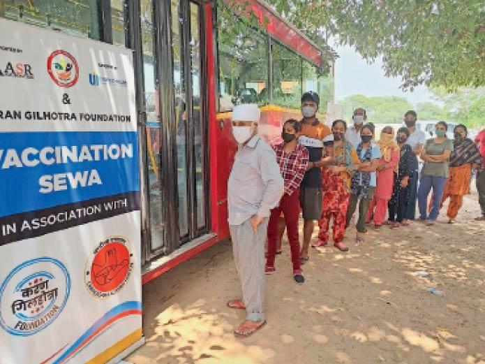 धनास में पहुंची सीटीयू की बस में कोरोना वैक्सीन लगवाने के लिए पहुंचे लोग। - Dainik Bhaskar