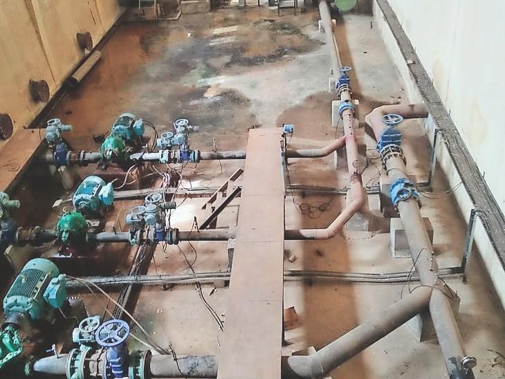 कंपनी बाग पंप हाउस के अंदर लगी पानी की मोटर। यहीं से शहर में पेयजल सप्लाई होती है। - Dainik Bhaskar
