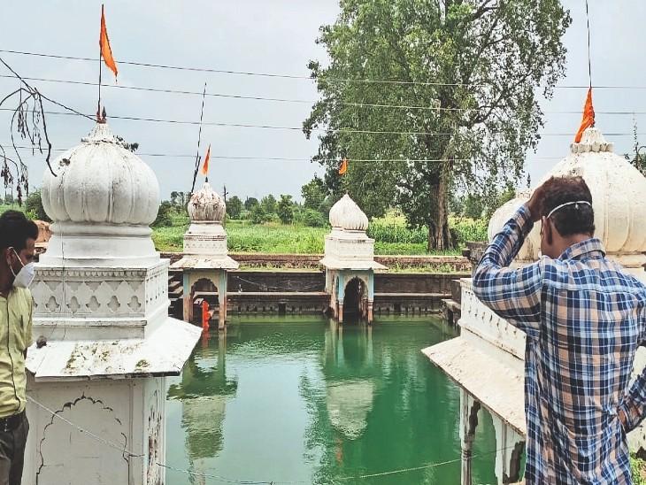 पर्यटन बोर्ड के दल ने केरियाखेड़ी में प्राचीन बावड़ी देखी। - Dainik Bhaskar