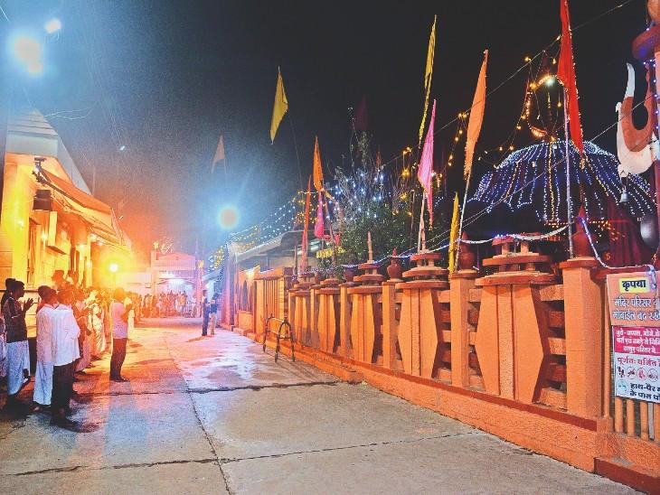 मंदिर के गेट बंद किए जाने के बाद क्षेत्र के लाेगाें ने बाहर से ही की आरती। - Dainik Bhaskar