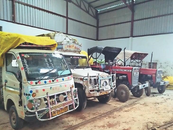 भीकनगांव केंद्र पर 5 दिन से खड़े हैं उपज के वाहन। - Dainik Bhaskar