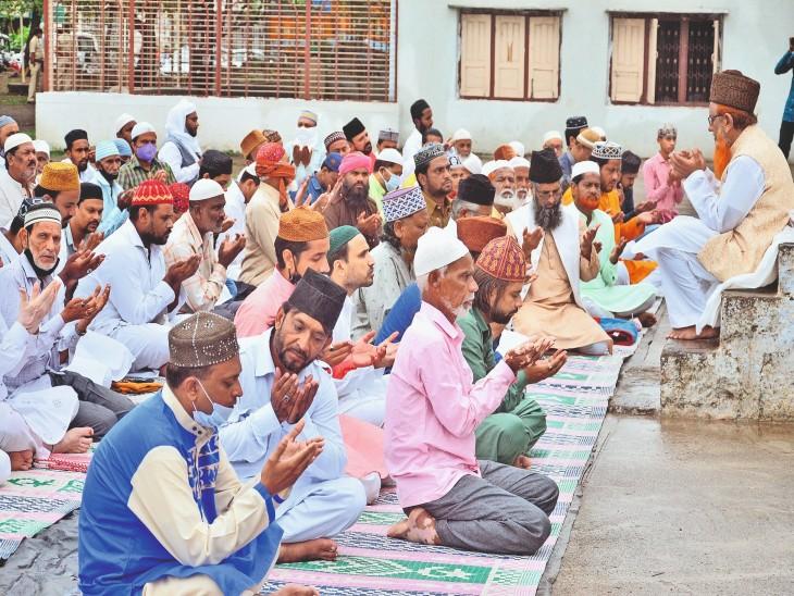 ईदगाह मैदान पर मौलाना सरफुद्दीन अहमद कादरी ने नमाज अदा कराई। - Dainik Bhaskar