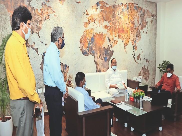 बैठक लेते विधायक काश्यप साथ में कलेक्टर। - Dainik Bhaskar