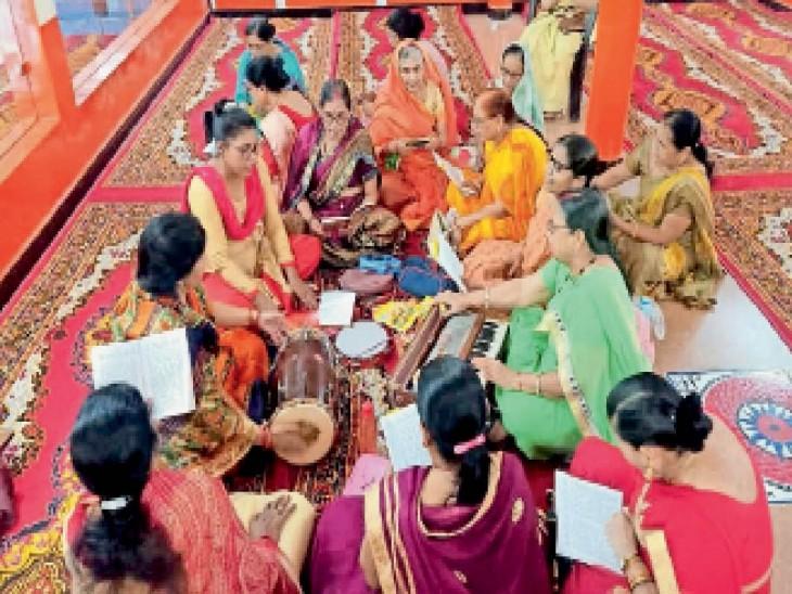 मनोकामना सिद्ध हनुमान मंदिर पर सुंदरकांड पाठ करती महिलाएं। - Dainik Bhaskar
