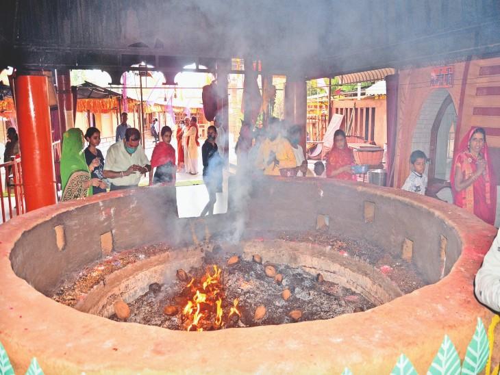 बुधवार सीमित लोग ही मंदिर पहुंचे। दोपहर तक लोगों ने सामान्य दिनों की तरह दर्शन किए।