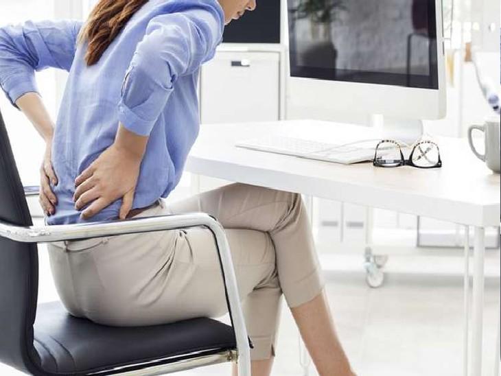 पीरियड्स के दौरान कमर दर्द, थकान, चिड़चिड़ापन होना आम बात है।
