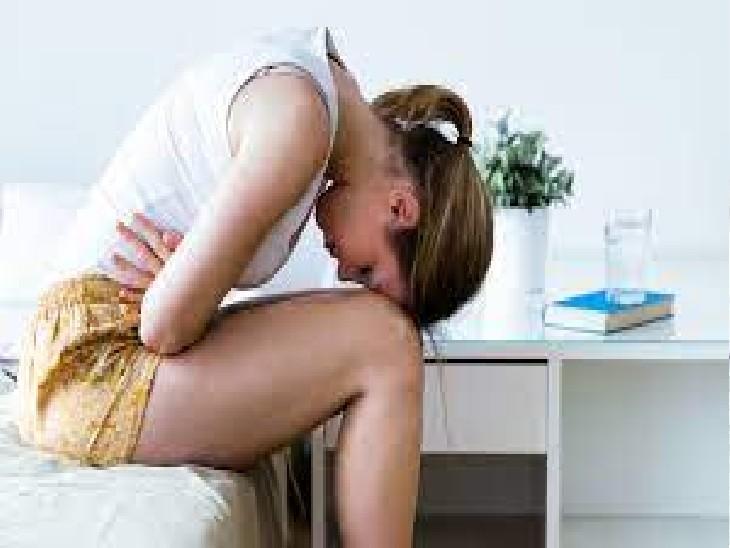 पीरीयड्स के दौरान महिलाओं में कई हार्मोनल चेंज होते हैं। इन कारणों से तमाम शारीरिक समस्याएं आती हैं। - Dainik Bhaskar