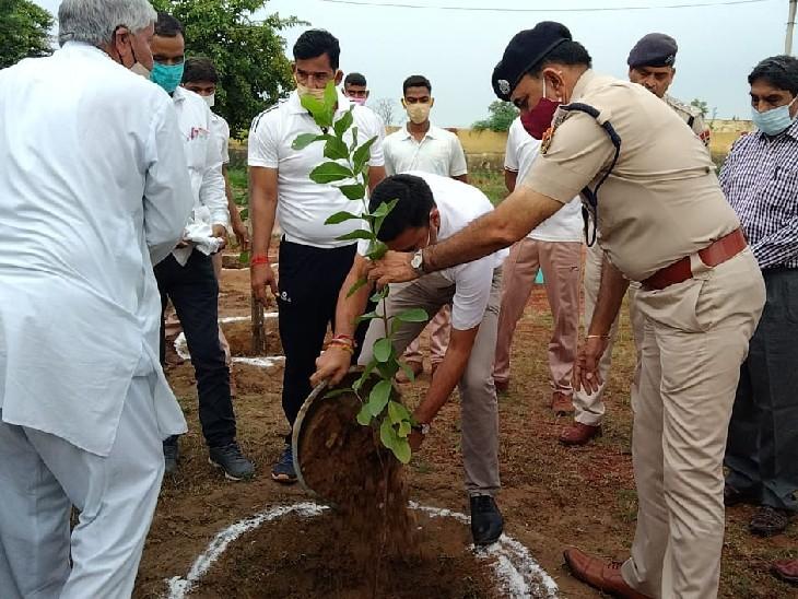 पौधरोपण पुलिस के अधिकारी। - Dainik Bhaskar