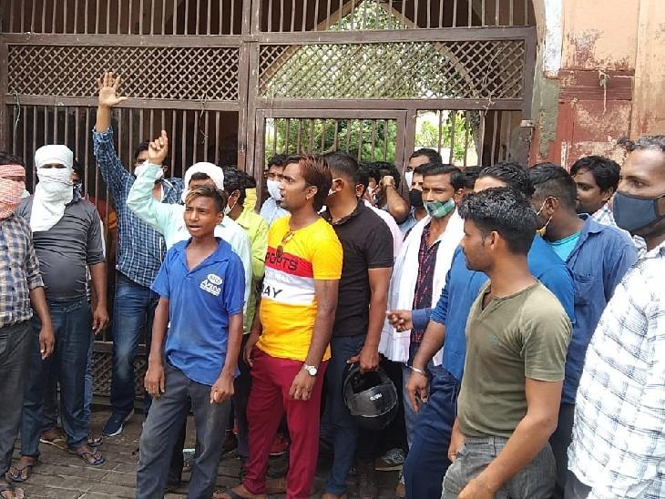 दो साल का प्रोबेशन पीरियड पूरा होने के बाद भी नहीं किया स्थाई, मेयर व आयुक्त ने नहीं सुनी तो आंधे घंटे तक बंद रखा कर्मचारियों को|भरतपुर,Bharatpur - Dainik Bhaskar