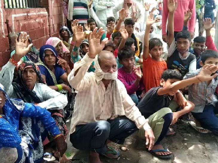 जलभराव की समस्या से परेशान लोग कलेक्टेट पहुंचे। - Dainik Bhaskar