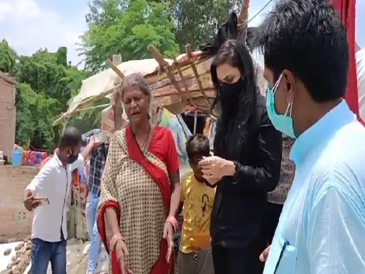 बाढ़ प्रभावित लोगों के बीच पहुंची पुष्पम, स्थानीय लोगों का सुना दर्द|बिहार,Bihar - Dainik Bhaskar
