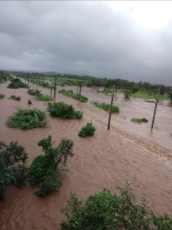 रत्नागिरी से गोवा जाने वाली रेल ट्रैक बाढ़ के पानी से डूब गई।