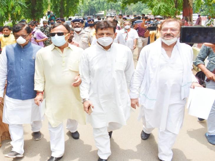 राज्यपाल को ज्ञापन सौंपने जाते कांग्रेस नेता। - Dainik Bhaskar