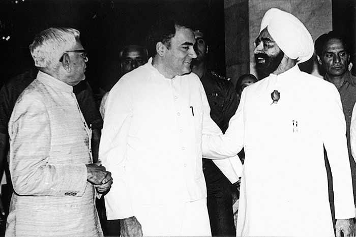 पूर्व राष्ट्रपति ज्ञानी जैलसिंह और पूर्व प्रधानमंत्री राजीव गांधी यहां हंसते हुए मिल रहे हैं। पर उनके बीच अविश्वास का माहौल था। इस वजह से ज्ञानी जैलसिंह ने राजीव पर जासूसी के आरोप भी लगाए थे।