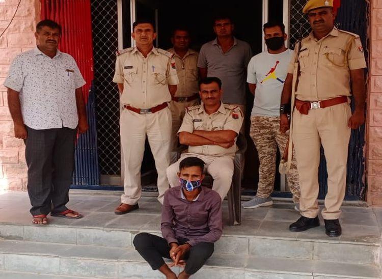 रोहट पुलिस की गिरफ्त में बलात्कार का आरोपी। - Dainik Bhaskar