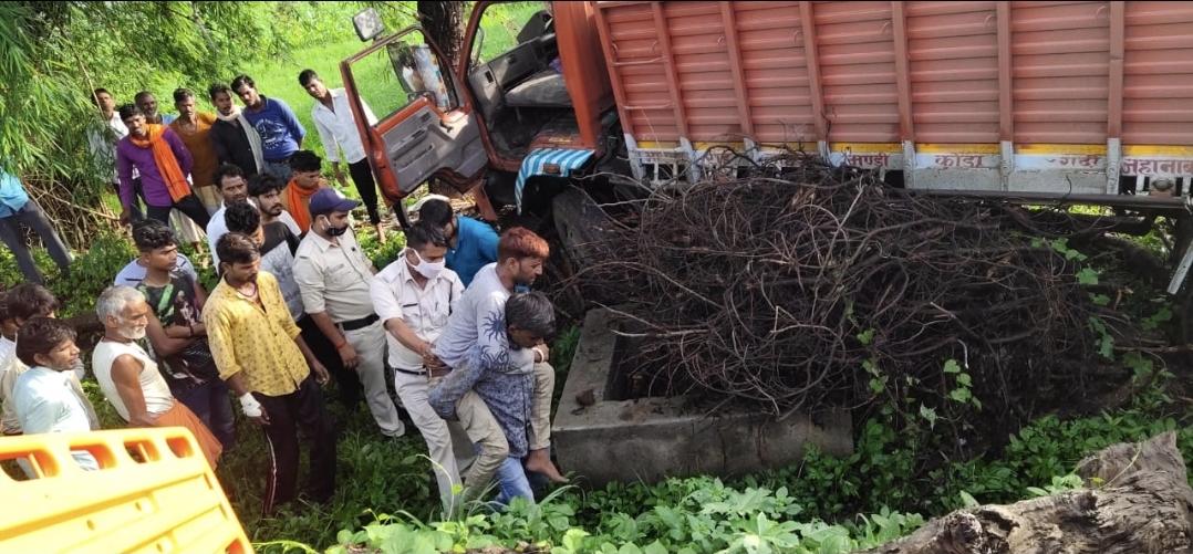 चलते ट्रक में ड्राइवर को महंगी पड़ी झपकी! - Dainik Bhaskar