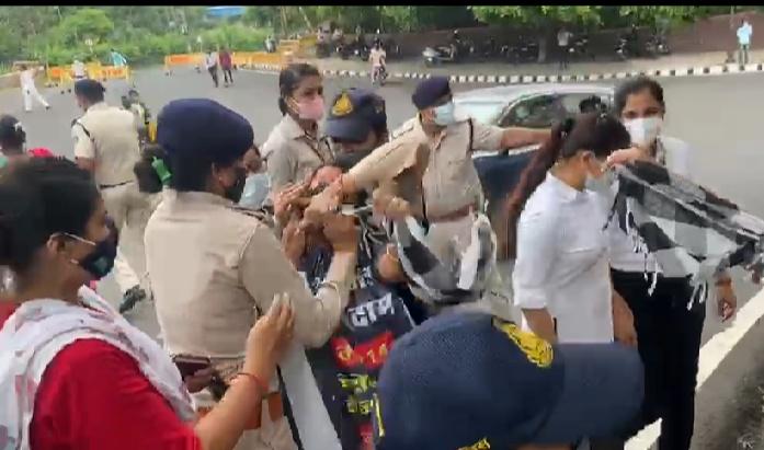 महंगाई और महिलाओं पर बढ़ते अत्याचार को लेकर सरकार के खिलाफ घेराव, पुलिस ने रोका तो सड़क पर लेट गईं|भोपाल,Bhopal - Dainik Bhaskar