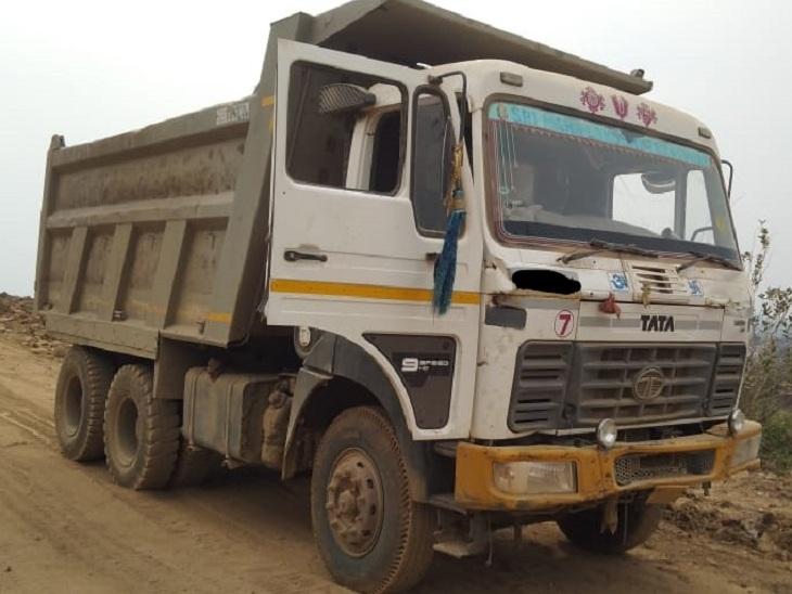 बजरी, पत्थर से भरे ओवरलोड वाहनों के खिलाफ कार्रवाई की जा रही थी। - Dainik Bhaskar
