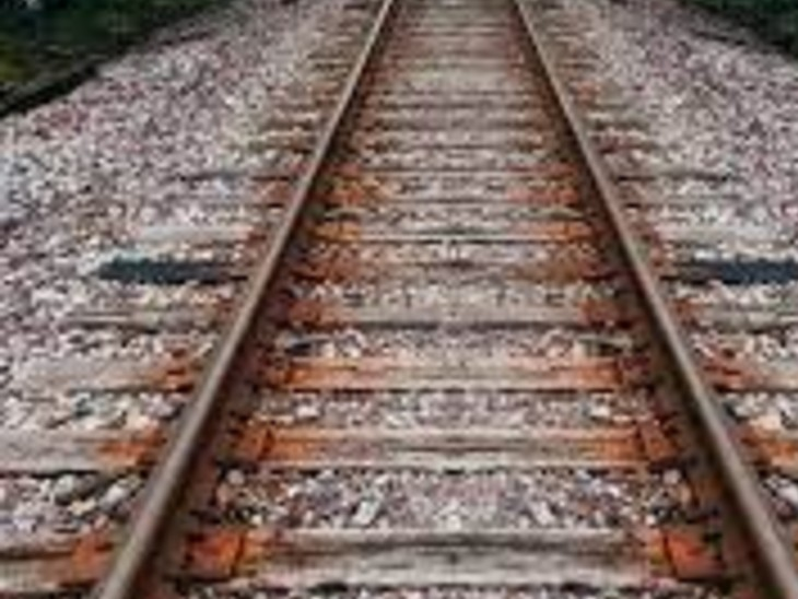 गोपालगंज में छपरा-थावे रेलखंड पर हुआ हादसा; रेलवे ट्रैक पार कर रहा था युवक, छपरा से थावे जा रही पैसेंजर ट्रेन की चपेट में आया, सिर से धड़ अलग|गोपालगंज,Gopalganj - Dainik Bhaskar