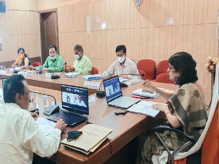 कार्यपरिषद की बैठक को संबोधित करतीं प्रो. सीमा सिंह। - Dainik Bhaskar