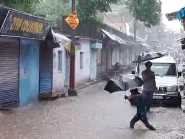 सड़क पर जलभराव।