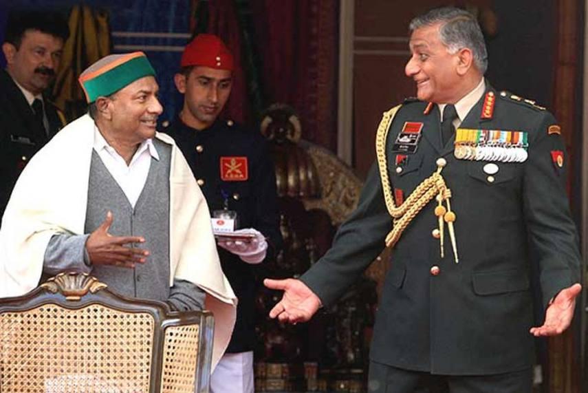 तस्वीर उस समय की है जब एंटनी रक्षा मंत्री और जनरल वीके सिंह सेना प्रमुख होते थे। दोनों के बीच हालात तब बिगड़े, जब सिंह के रिटायरमेंट की तारीख को लेकर विवाद सामने आया। इसी को लेकर एंटनी की जासूसी कराने की अटकलें भी लगाई गईं।