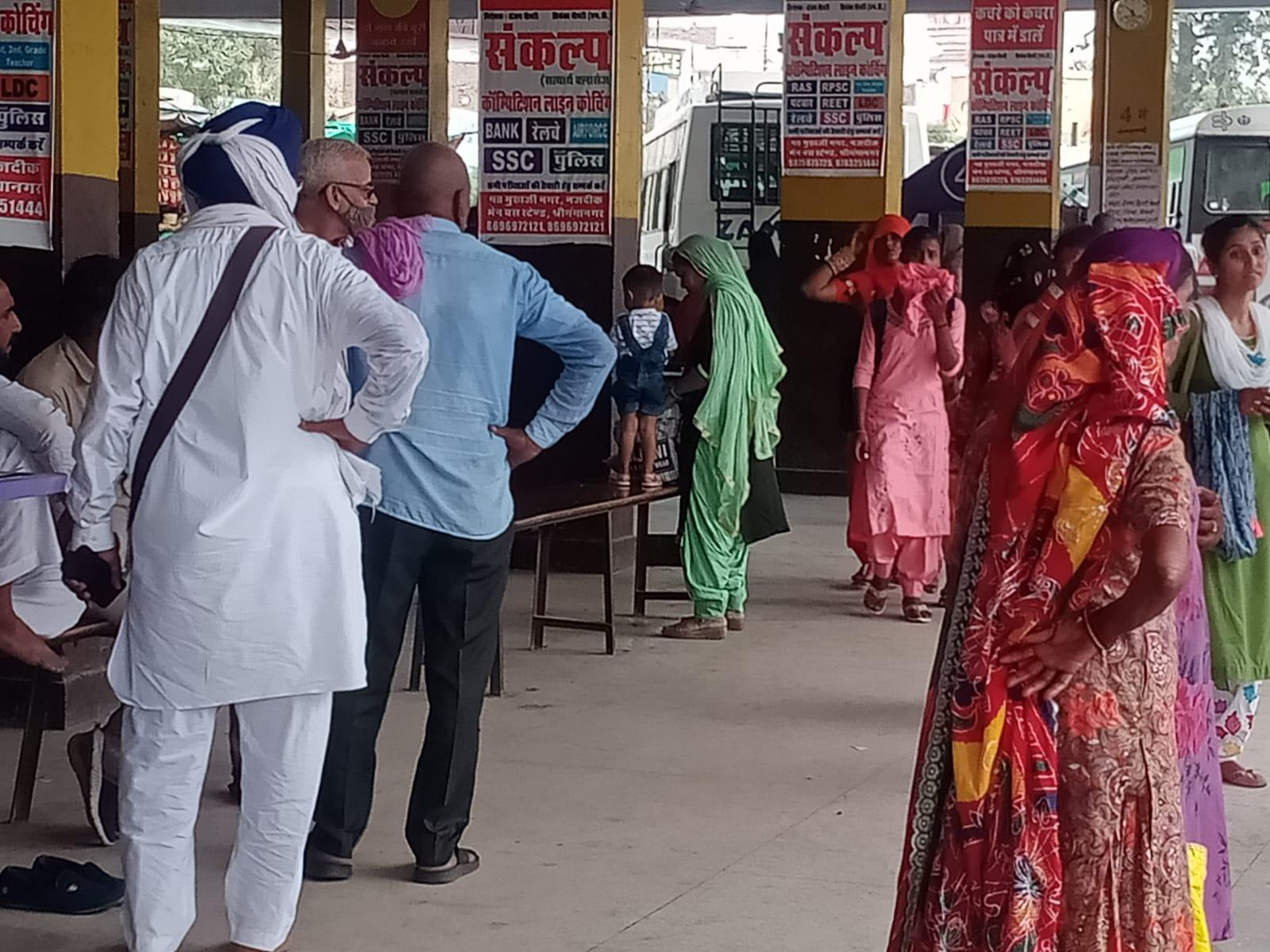लोक परिवहन बसोंके पहिए थमे, रोडवेजपर बढ़ा भार, बस स्टैंड पर लगी यात्रियों की भीड़|श्रीगंंगानगर,Sriganganagar - Dainik Bhaskar