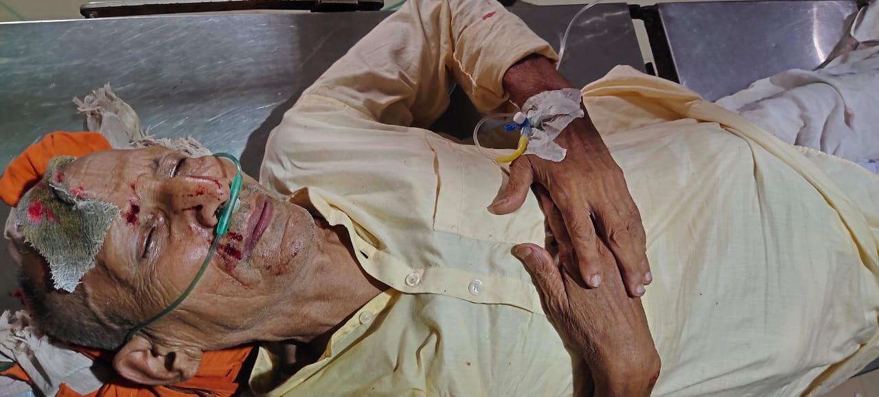 हादसे में घायल हुए बुजुर्ग।