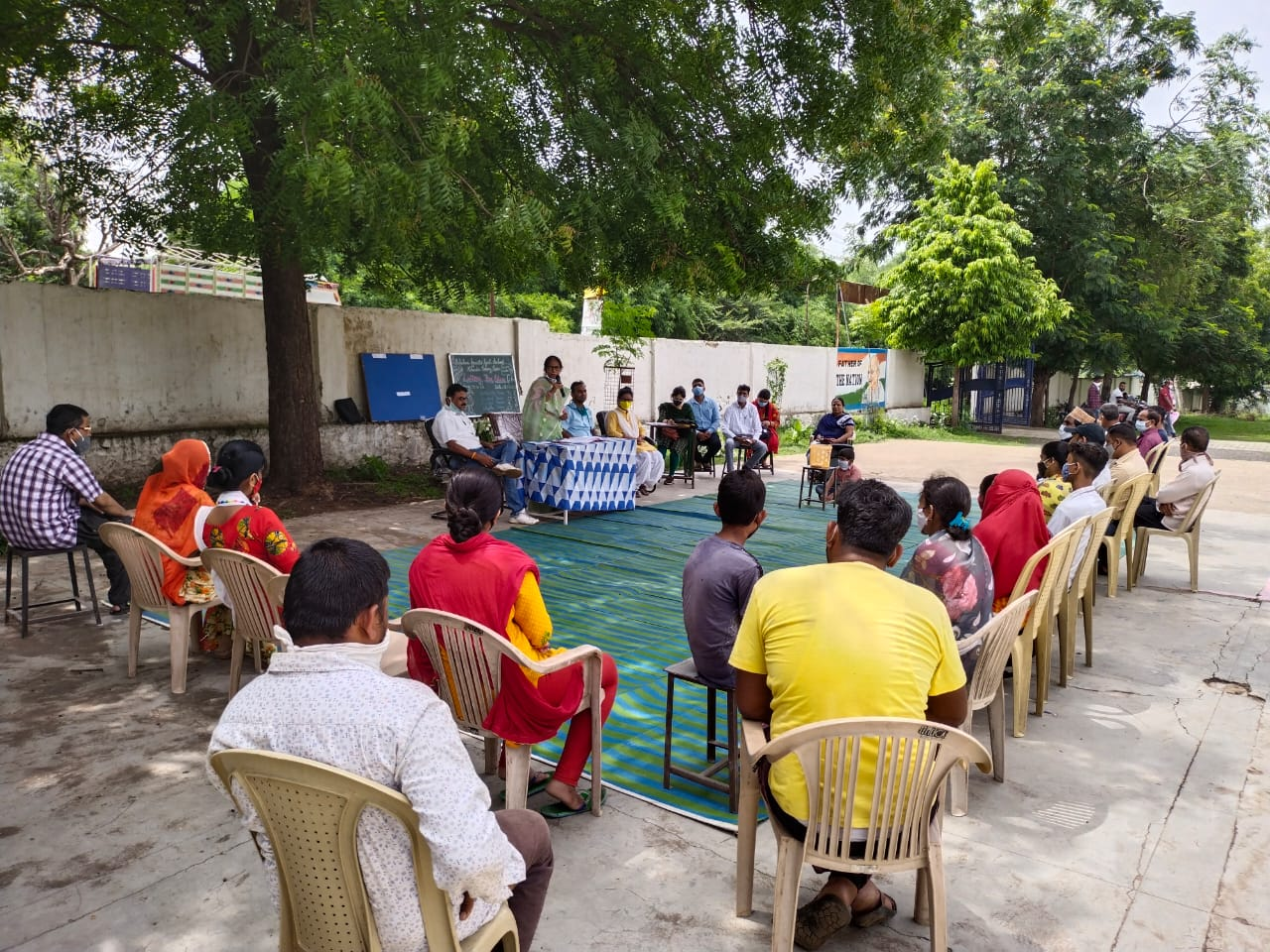 स्कूल परिसर में आयोजित लॉटरी प्रक्रिया के दौरान मौजूद अभिभावक।