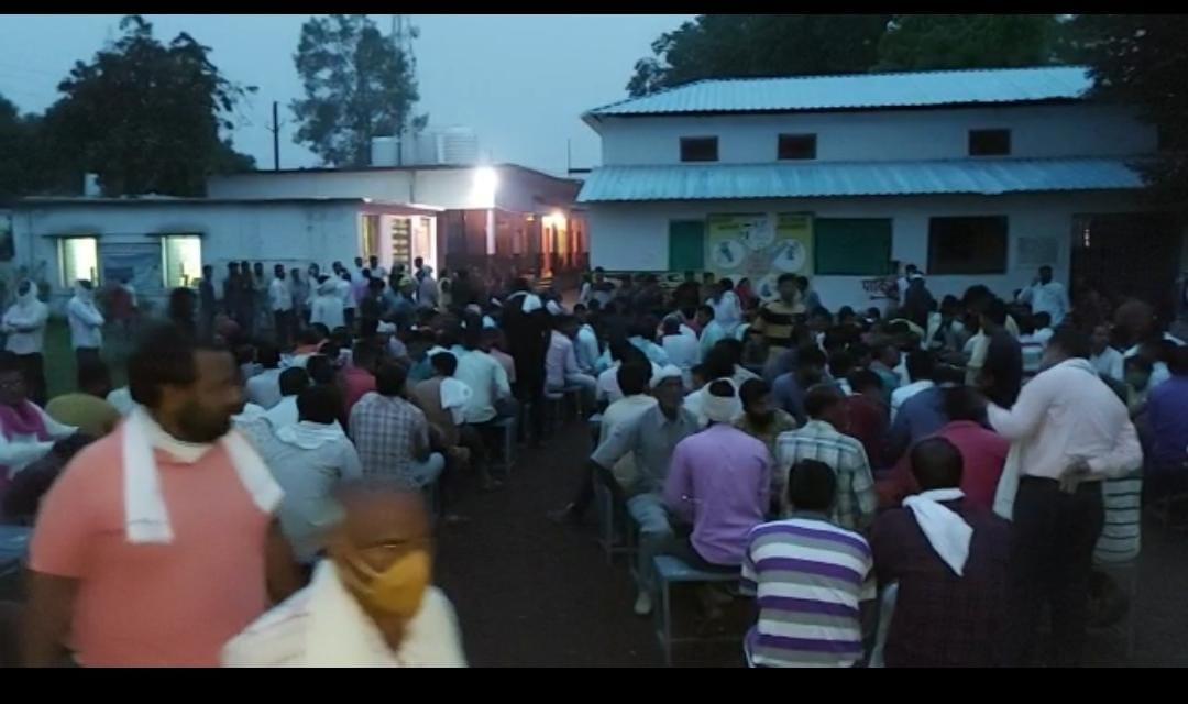सिवनी-मालवा के वैक्सीनेशन सेंटरों पर लगी भीड़।