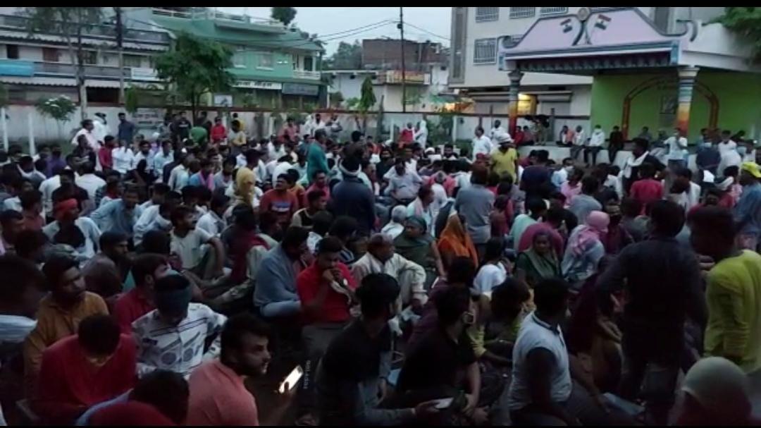 सिवनी-मालवा के वैक्सीनेशन सेंटरों पर लगी भीड़। - Dainik Bhaskar