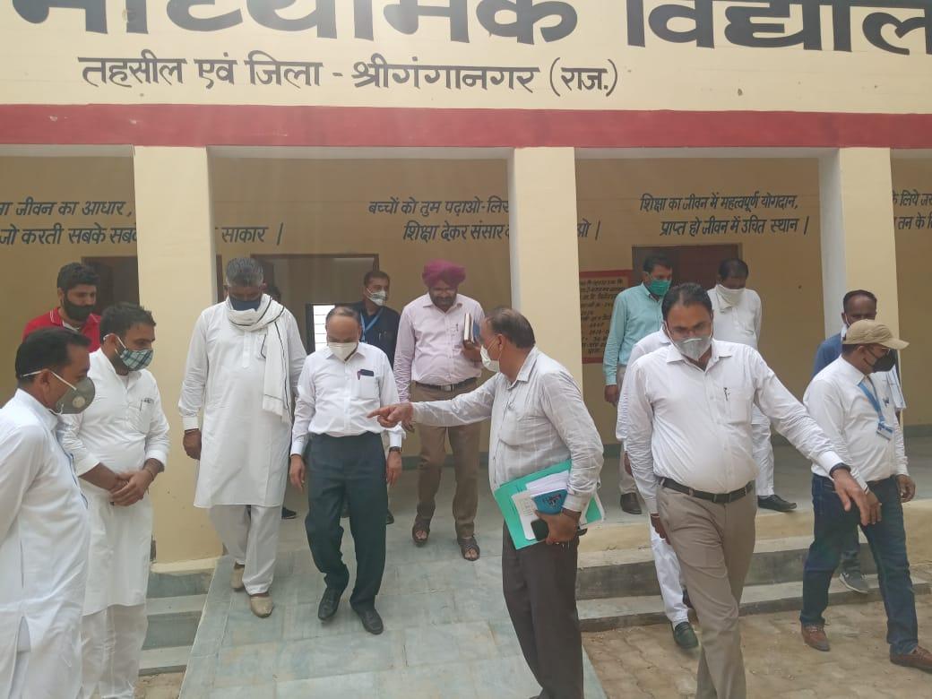 श्रीगंगानगर के गांव मिर्जेवाला में स्कूल  में बीएडीपी कार्यों का निरीक्ष्ण करते डिविजनल कमिश्नर भंवरलाल मेहरा और अन्य अधिकारी। - Dainik Bhaskar